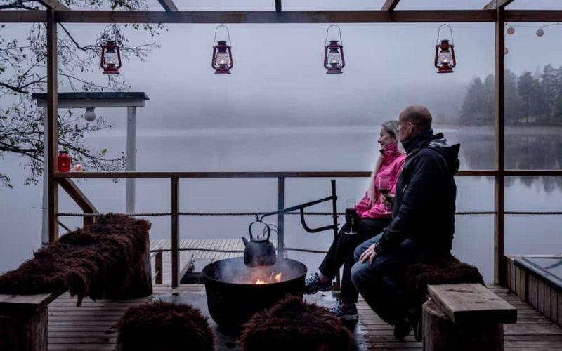 Tarjoilut-terassin-nuotiolla-pariskunta-Nuuksion-Taika