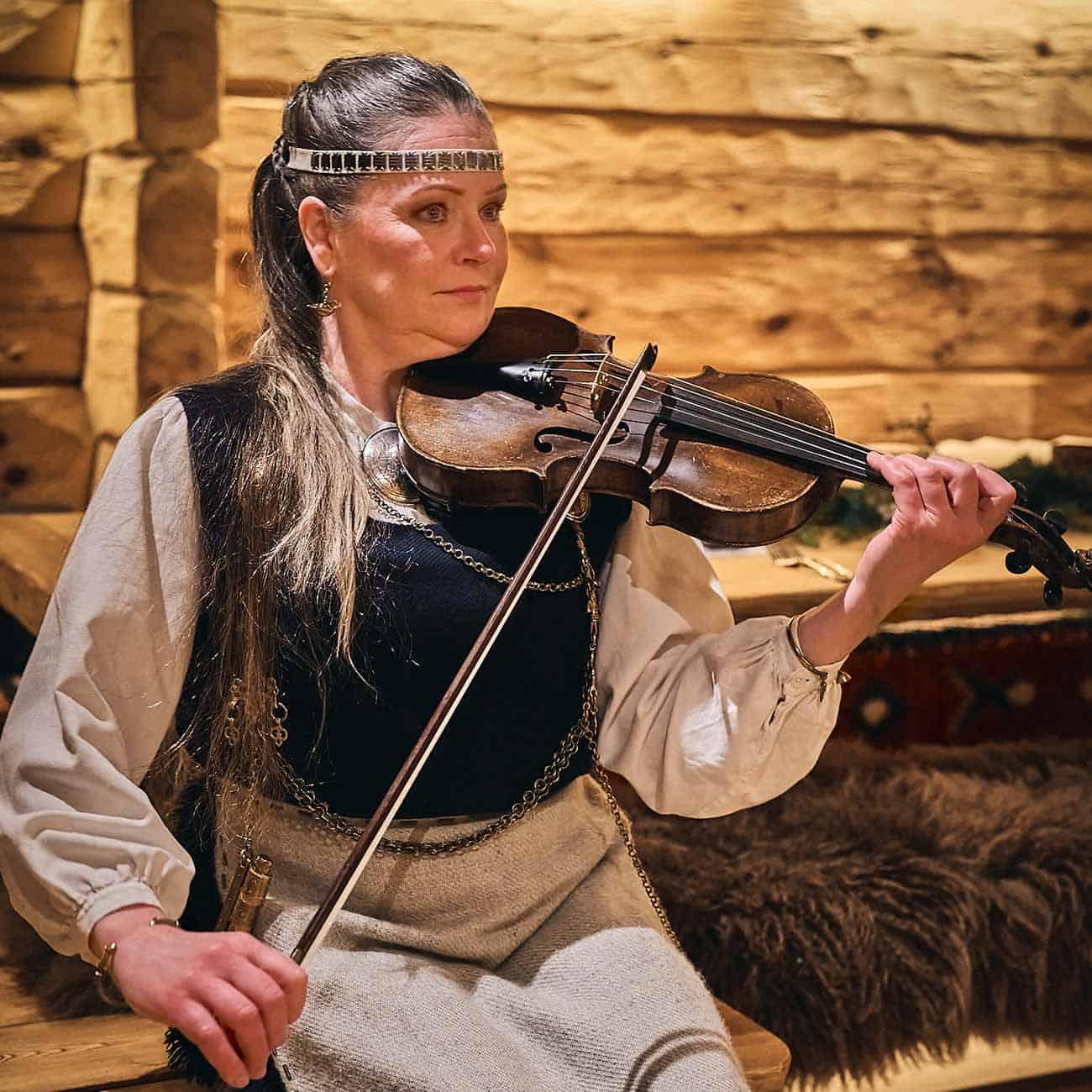 kansanmuusikko-ulla-hillebrandt-kalevalahaat-nuuksion-taika-1300