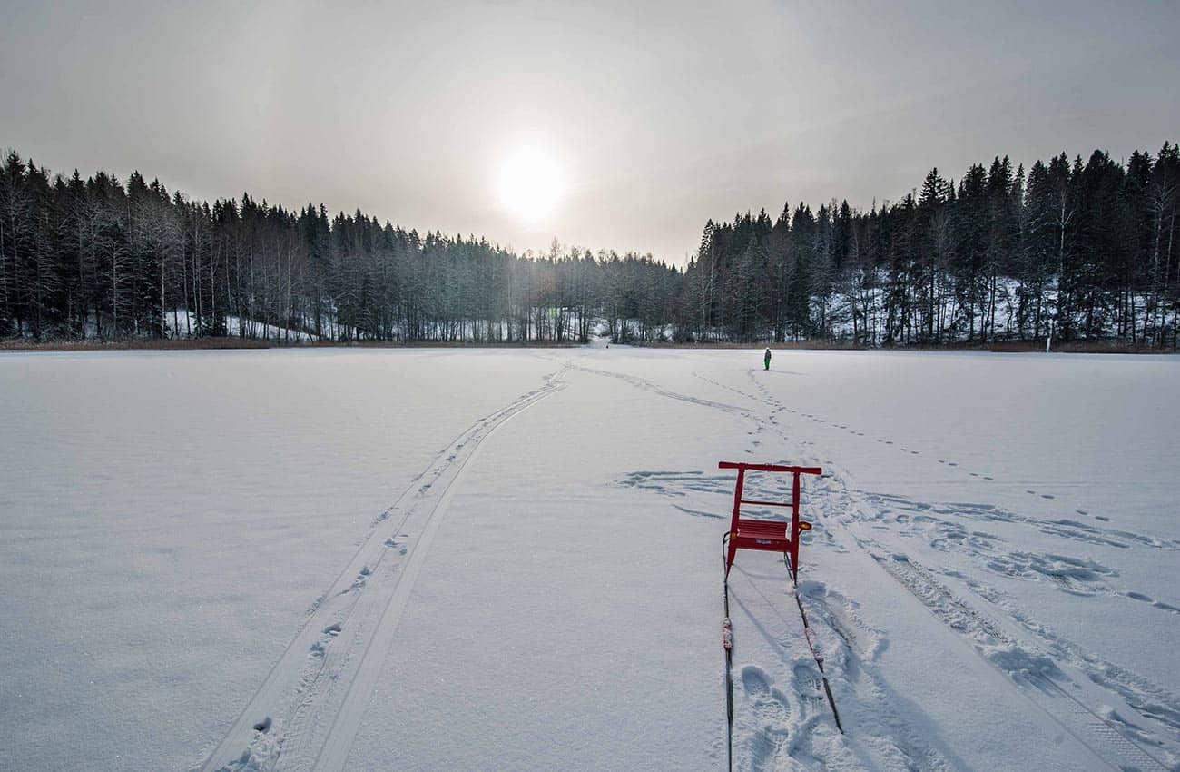 Ohjelmaa talven jäällä potkukelkalla