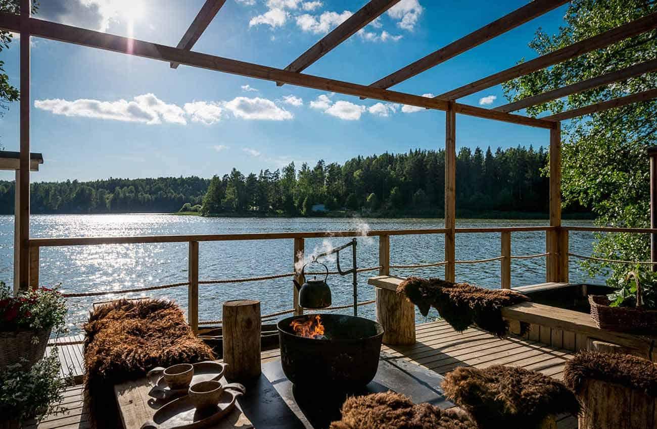 villa-paratiisi-nakyma-terassilta-nuotiopaikka-huvila-jarven-rannalla-kesa-asussa-nuuksion-taika-1300.jpg